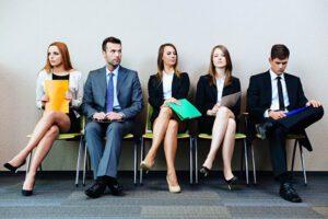 Wartende im richtigen Outfit für das Bewerbungsgespräch